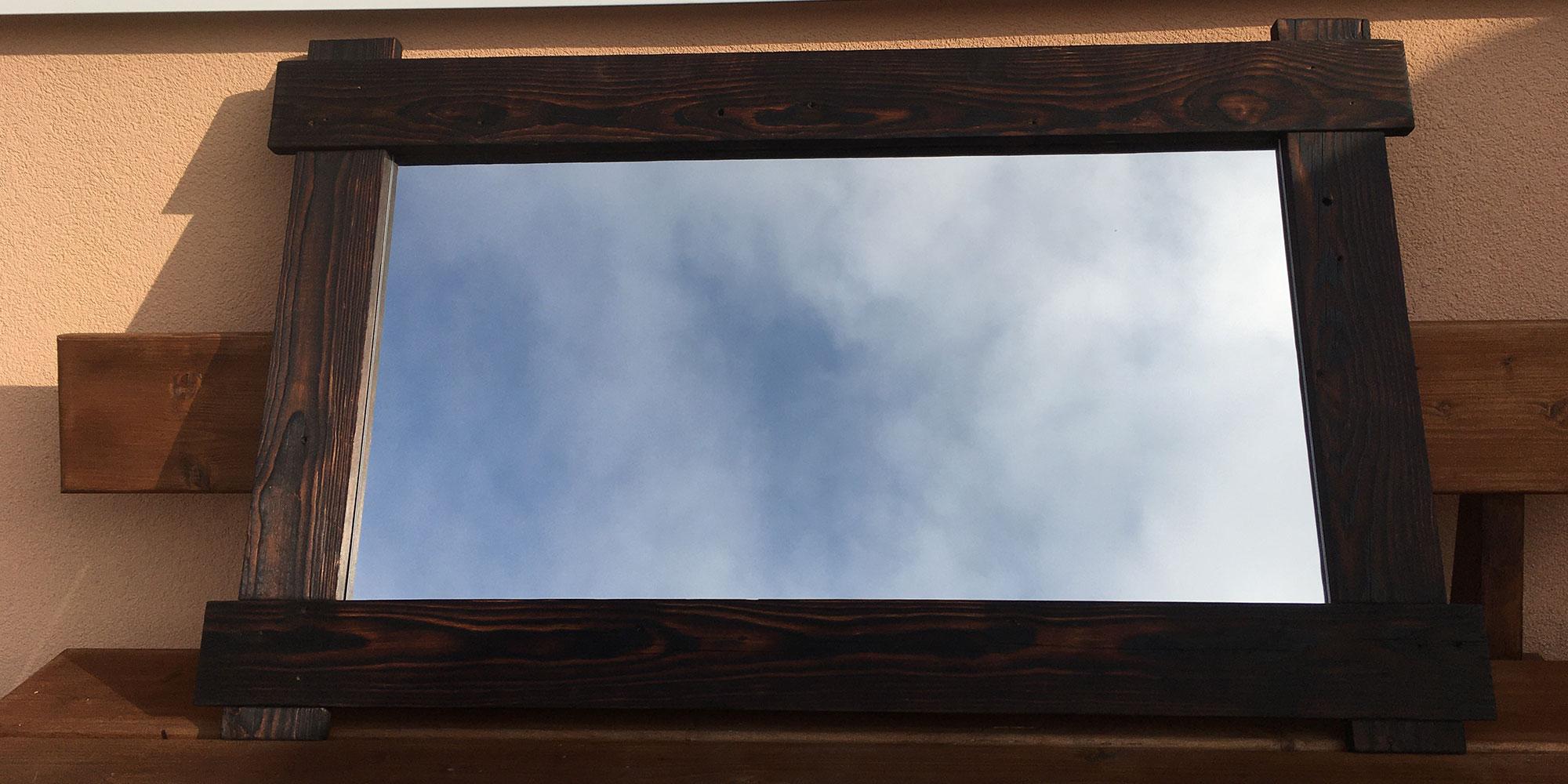 Zrkadlo z opaľovaného dreva